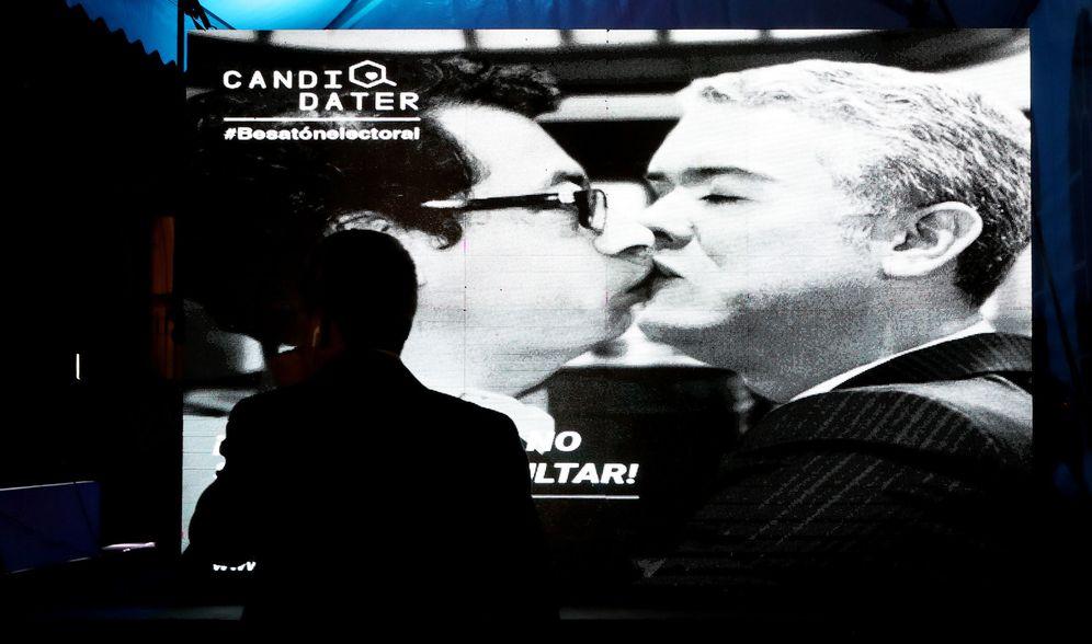 Foto: Una imagen editada digitalmente, de los candidatos presidenciales Gustavo Petro e Iván Duque, en la Besatón en contra de la Polarización, en Bogotá. (EFE)