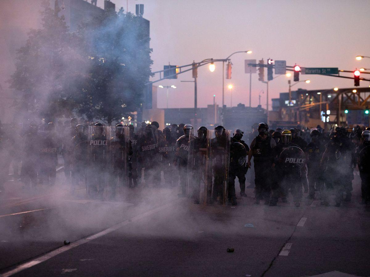 Foto: Gas lacrimógeno en Atlanta durante una de las protestas por la muerte de Floyd. (Reuters)