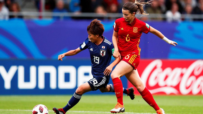 Damaris Egurrola lucha por el balón con la japonesa Riko Ueki durante la final del Mundial Sub 20 disputado en Francia. (EFE)