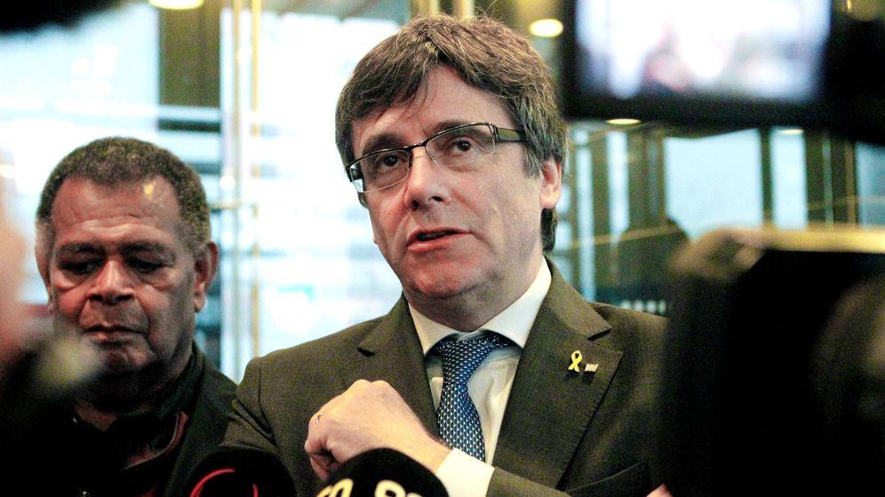 Foto: El expresidente catalán Carles Puigdemont atiende a la prensa antes de intervenir en la capital de la Islas Feroe. (EFE)