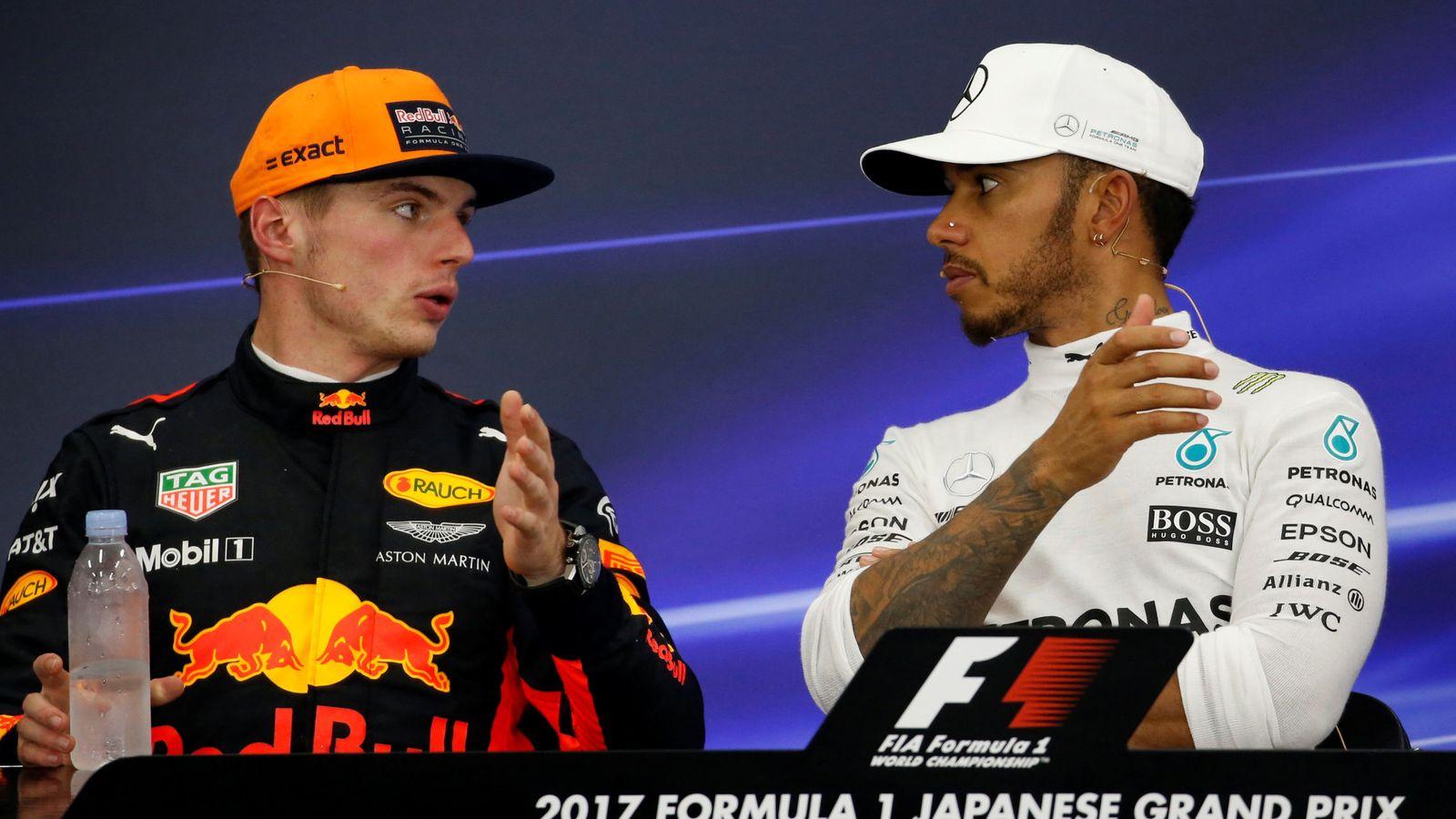 Foto: En la imagen, Lewis Hamilton charla con Max Verstappen. (Reuters)
