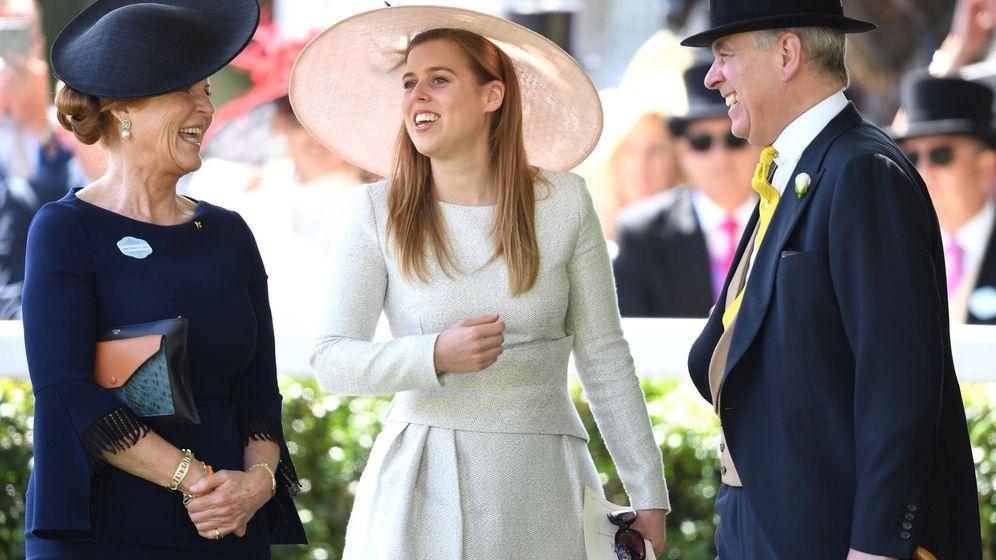 Foto:  Sarah Ferguson, el príncipe Andrés y su hija Beatriz. (Gtres)
