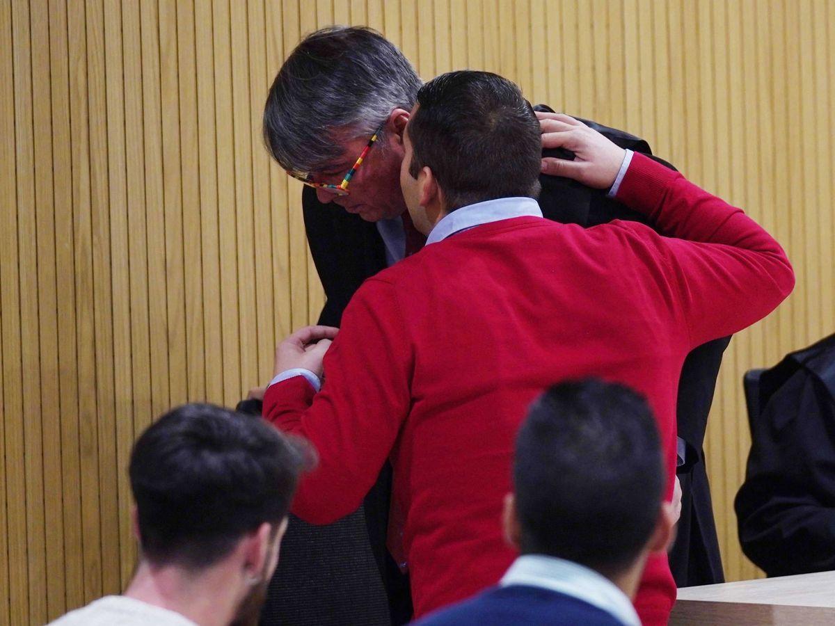 Foto: El abogado Agustín Martínez Becerra escucha a José Ángel Prenda. (EFE)