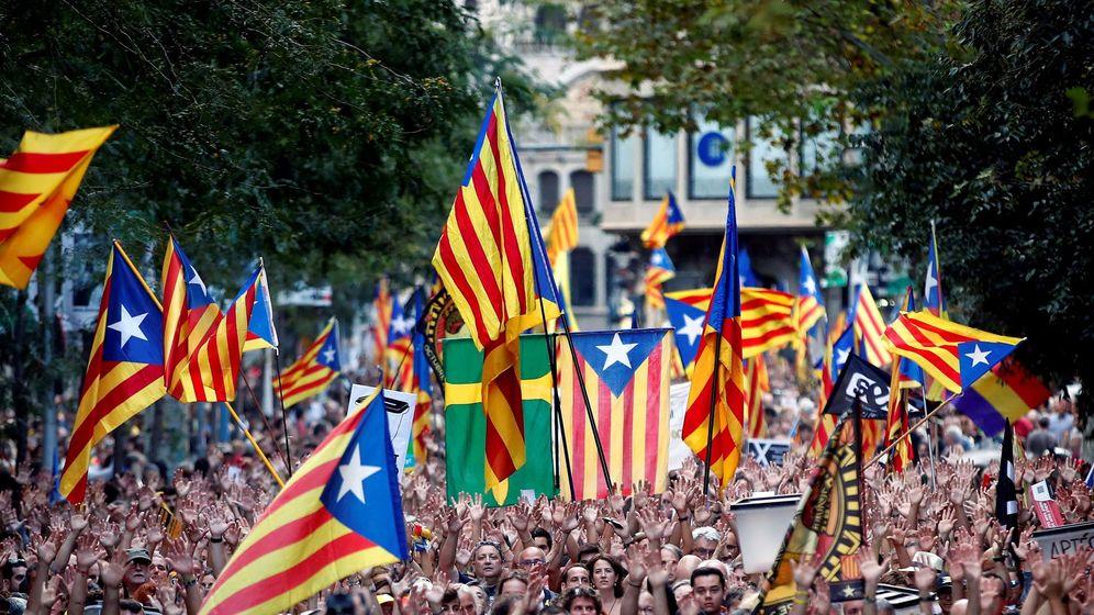 Foto: Los manifestantes avanzan entre numerosas banderas esteladas durante la marcha soberanista convocada en octubre. (EFE)
