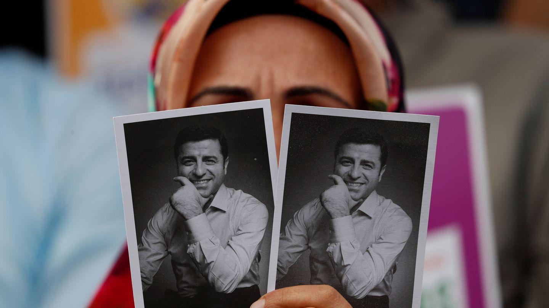 Una simpatizante del HDP muestra fotografías de Demirtas durante una protesta en Estambul. (Reuters)