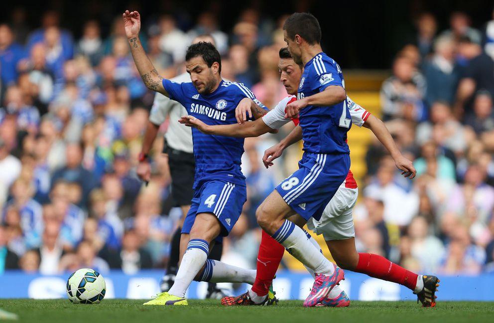 Foto: Cesc y Özil, durante el Chelsea-Arsenal del pasado domingo