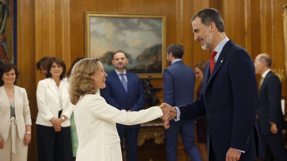 Foto: La ministra de Economía del Gobierno de Pedro Sánchez, Nadia Calviño, saluda al rey Felipe VI, tras prometer su cargo en el Palacio de la Zarzuela. (EFE)