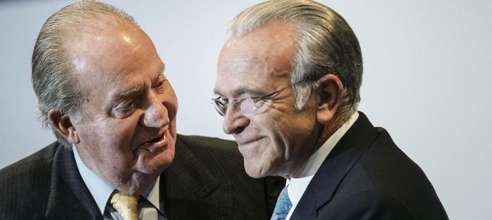 Foto: Don Juan Carlos e Isidro Fainé, en la entrega de becas de La Caixa, el pasado jueves. (Efe)