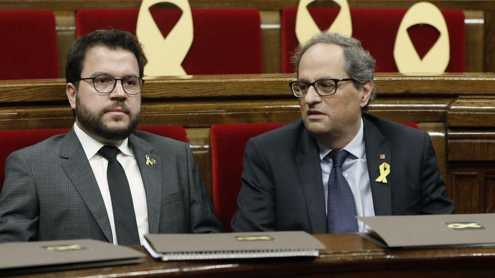 Foto: El 'conseller' de Economía, Pere Aragonès, junto al presidente de la Generalitat, Quim Torra, en el Parlament. (EFE)
