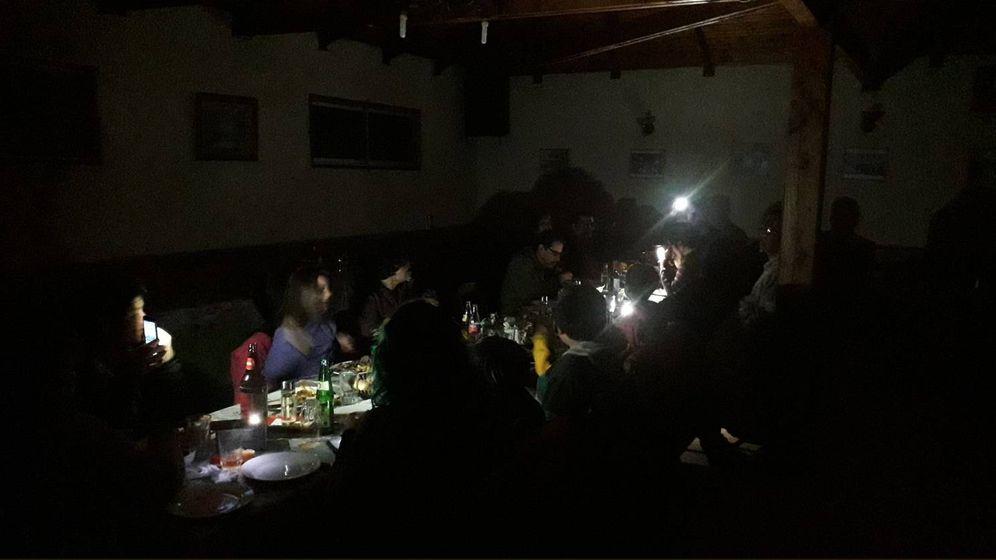 Foto: Celebración de un cumpleaños durante el apagón en Argentina (Twitter)