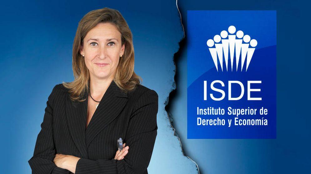 Foto: La decana saliente, Sonia Gumpert, junto al logo del ISDE.