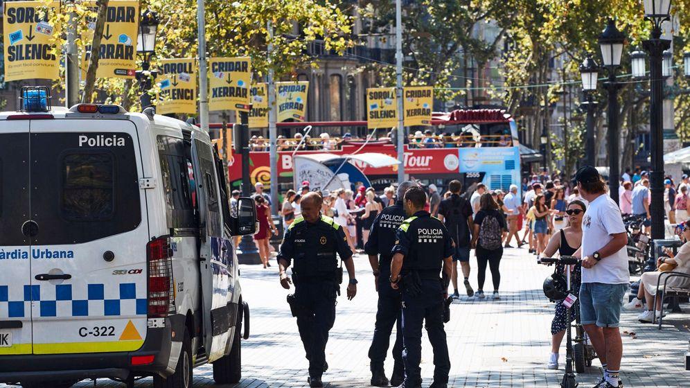 Foto: Agentes de la Guardia Urbana en las inmediaciones de la Rambla, en el distrito barcelonés de Ciutat Vella. (EFE)