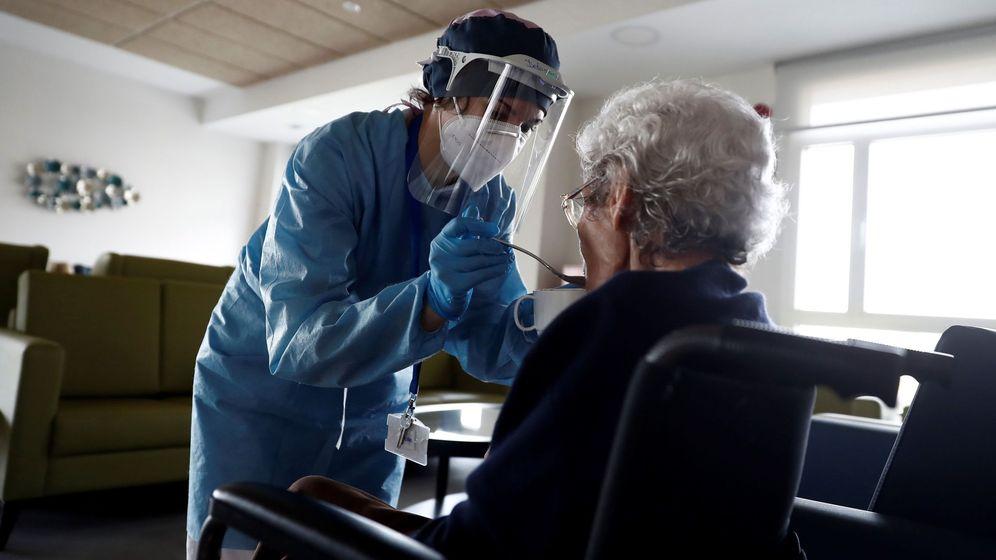Foto: Una cuidadora ayuda a comer a una anciana en una residencia madrileña. (EFE)