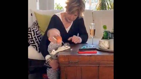 ¿La copa o el bebé? El divertido vídeo de una abuela y su nieto que arrasa en redes
