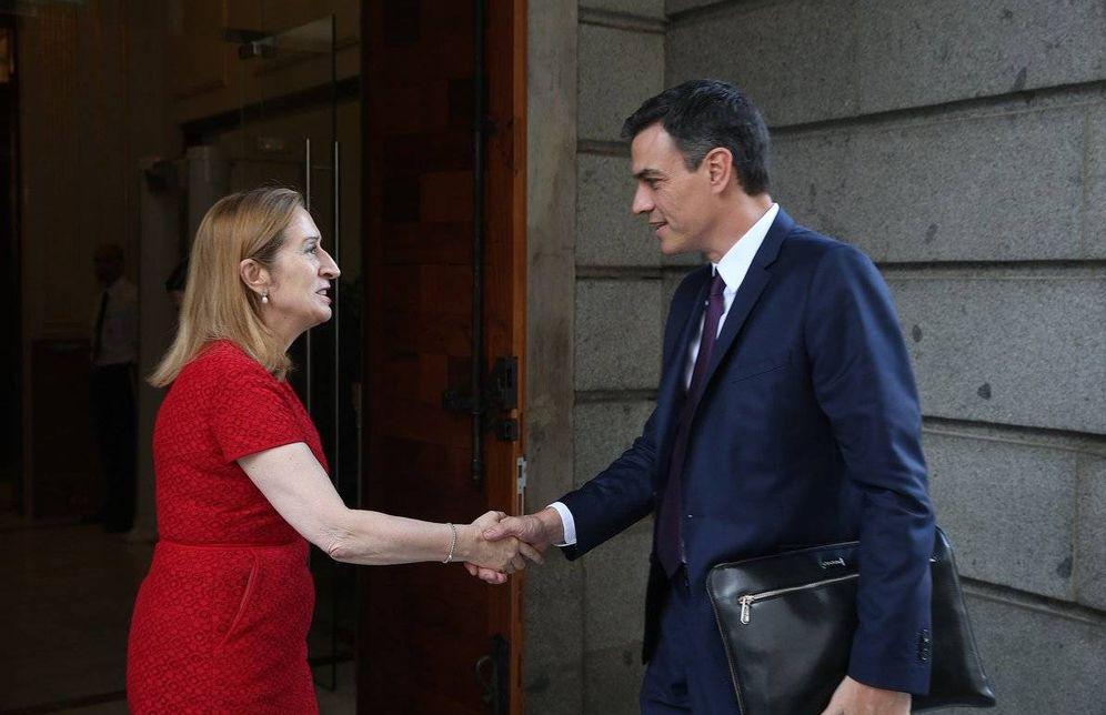 Foto: Pedro Sánchez saluda a la presidenta del Congreso, Ana Pastor, a su llegada a la Cámara Baja, este 5 de julio. (Moncloa)