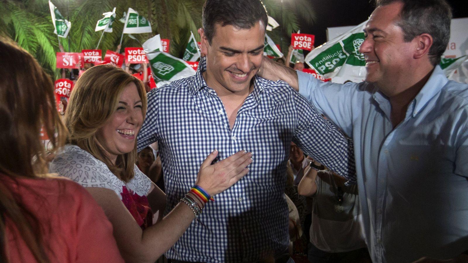 Foto: Sánchez, con Díaz y el alcalde de Sevilla, Juan Espadas, el 24 de junio de 2016, en el cierre de campaña de las últimas generales, en la capital andaluza. (EFE)
