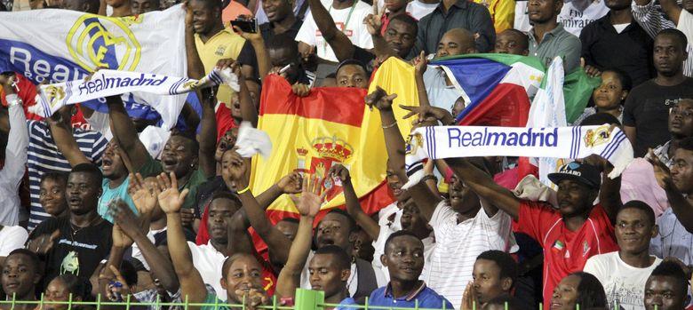 Foto: La afición guineana, durante el entrenamiento de España (Efe).