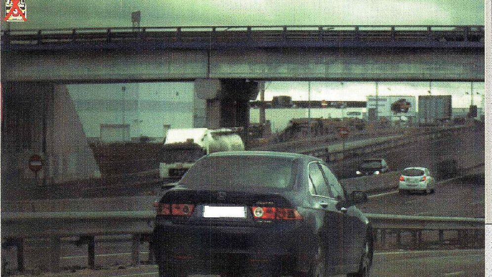 Foto: Un vehículo es 'cazado' por un radar móvil colocado por agentes de tráfico. (EFE)