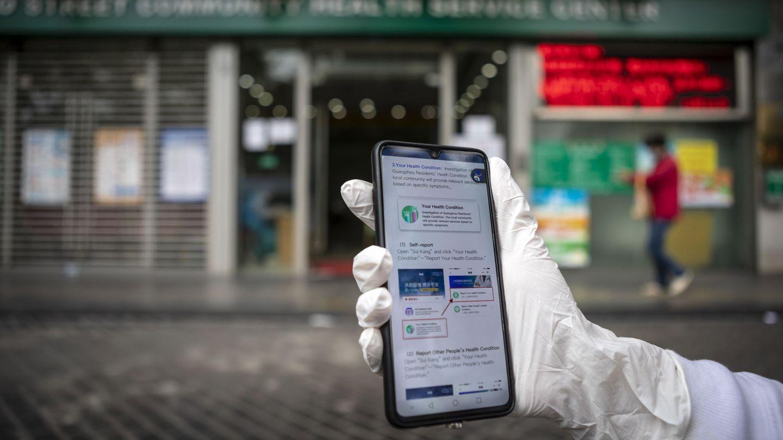 Una mujer sostiene su 'smartphone' en Guangzhou, China. (Reuters)