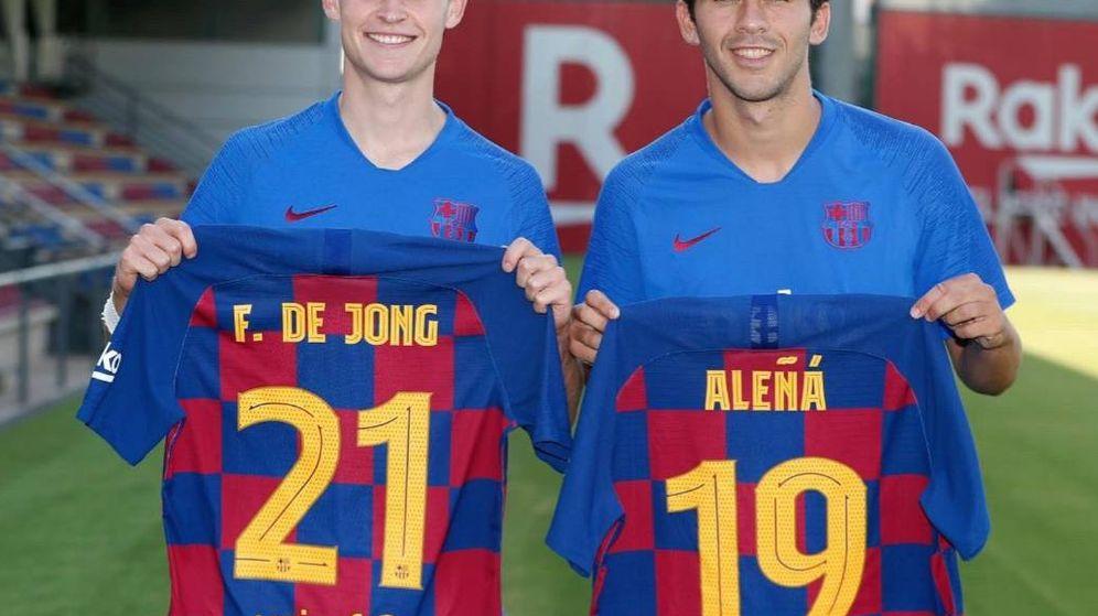 Foto: Frenkie de Jong y Carles Aleñá con los nuevos dorsales. (vía carlesaleña)