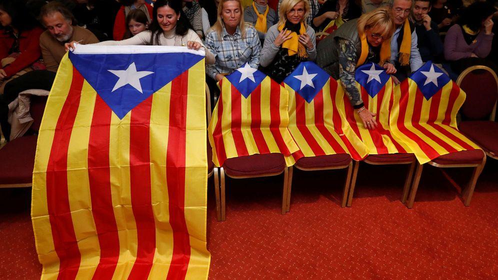 Foto: Esteladas colocadas en un acto de Junts Per Catalunya en Bélgica. (Reuters)