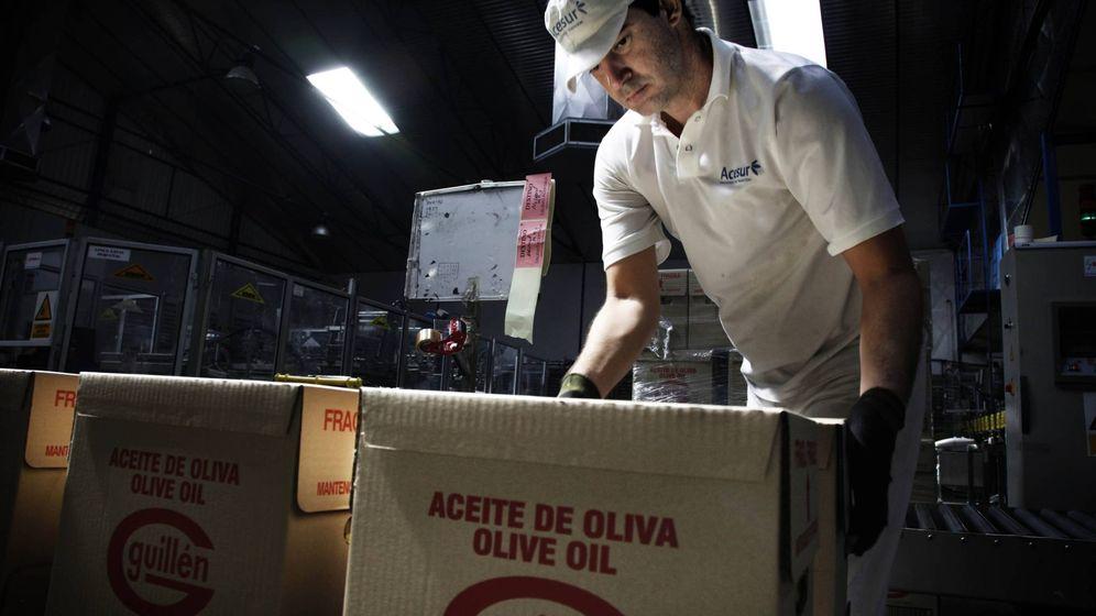 Foto: Un operario en una de las plantas de Acesur. (F. Ruso)