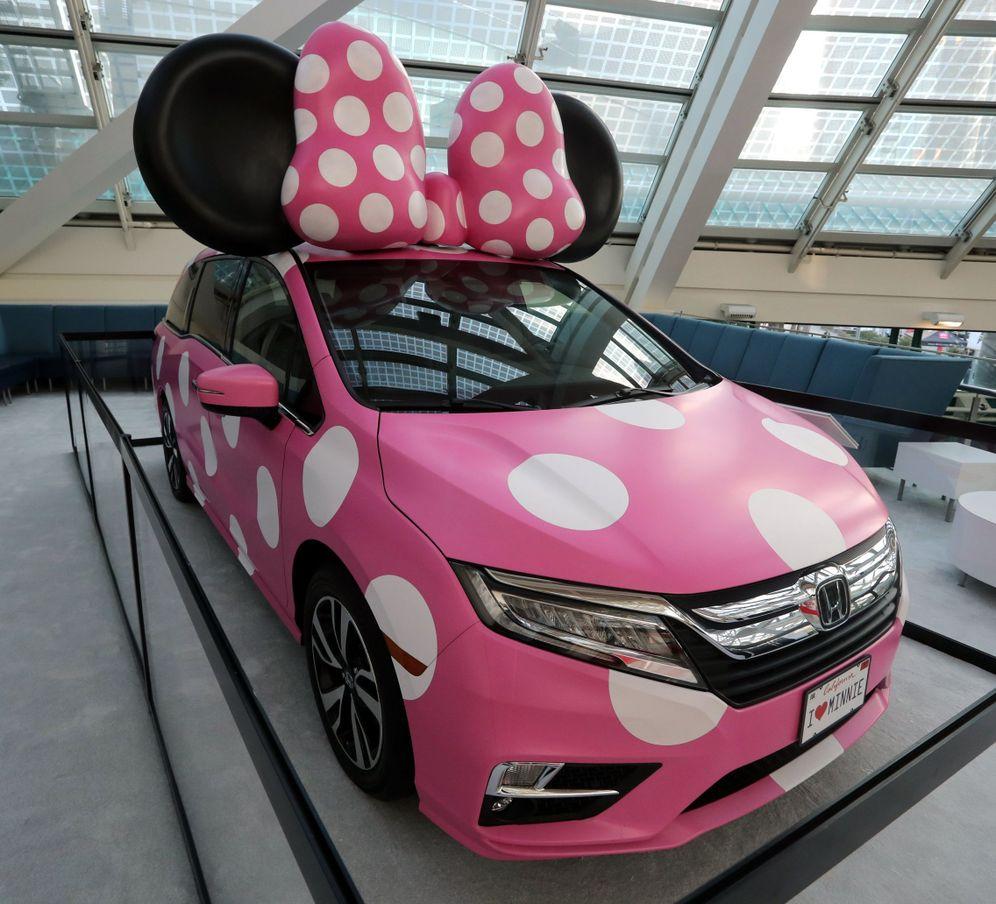 Foto: Un Honda Odyssey decorado de Minnie Mouse. (EFE)