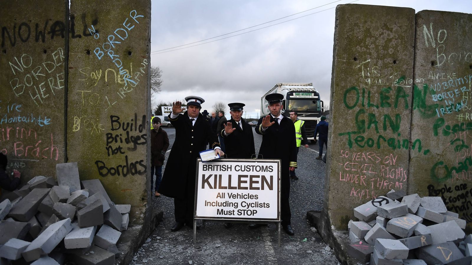 Foto: Activistas contrarios al Brexit protestan en Carrickcarnan, Irlanda. (Reuters)