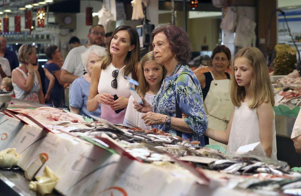 Foto: Letizia, Sofía y las Infantas visitan el Mercado del Olivar en Palma