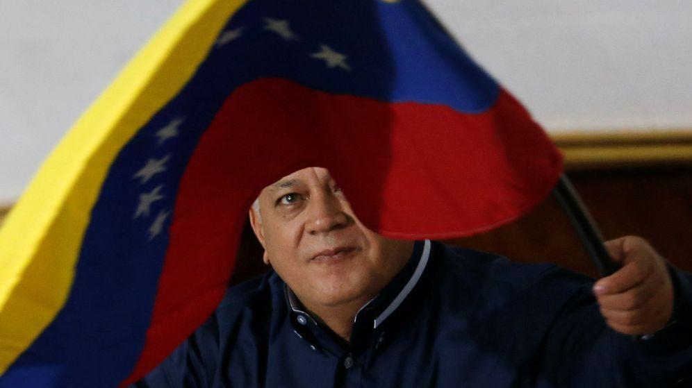 Foto: Diosdado Cabello, con una bandera de Venezuela. (Reuters)