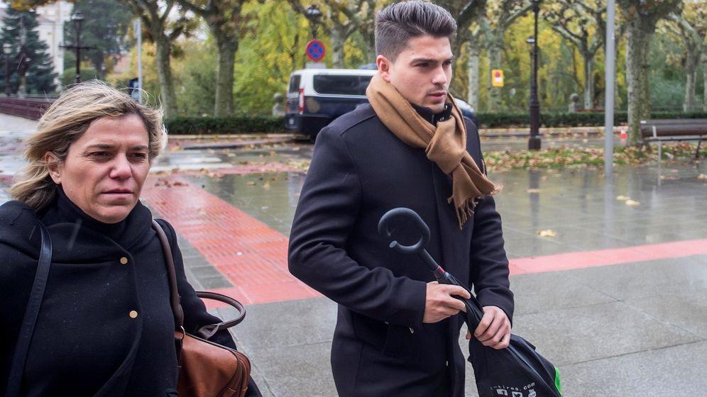 Foto: Raúl Calvo, uno de los acusados de agresión sexual a una menor a su llegada a la Audiencia Provincial de Burgos donde continúa este viernes el juicio. (EFE)
