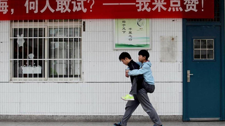 Lleva  a la espalda  a su amigo discapacitadopara que no se pierda las clases del colegio