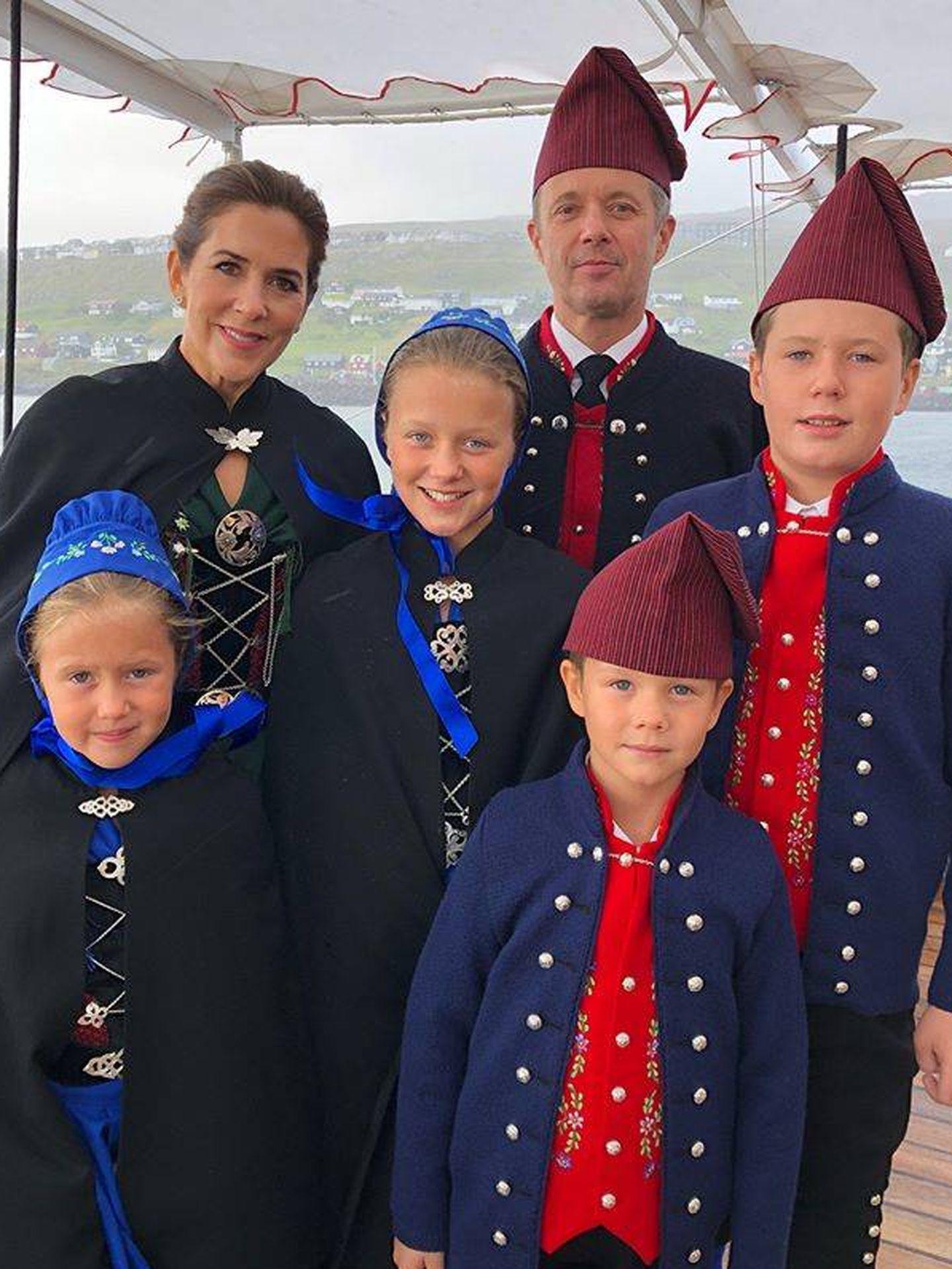 La familia al completo a bordo del buque real. (Instagram)