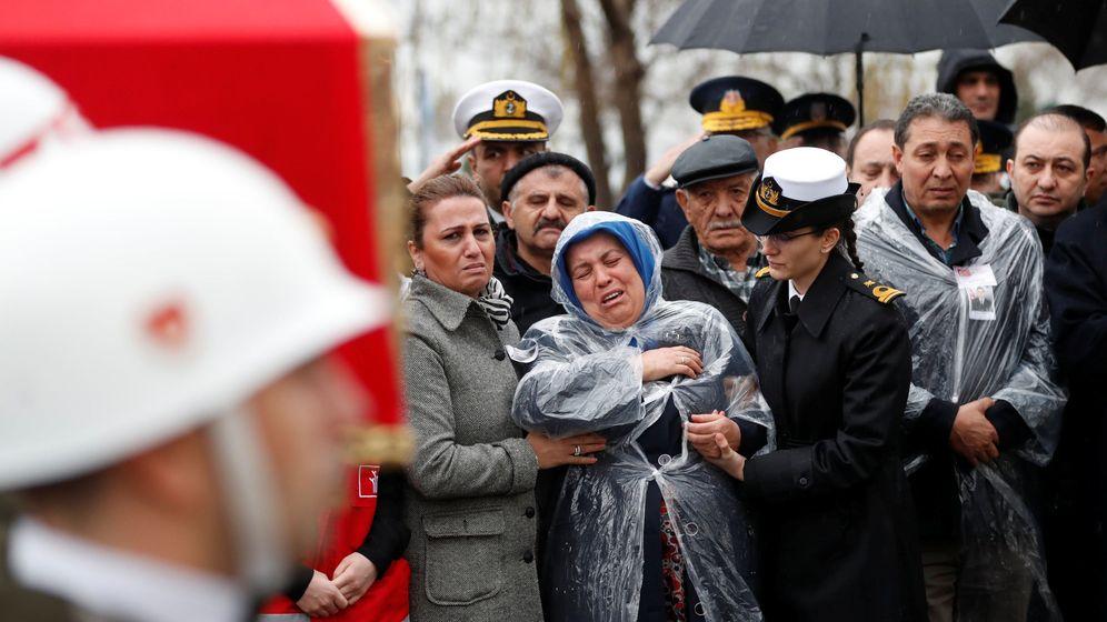 Foto: La madre del soldado Koray Karaca, muerto durante la operación militar turca en Afrin, llora durante su funeral en Estambul, el 11 de febrero de 2018. (Reuters)