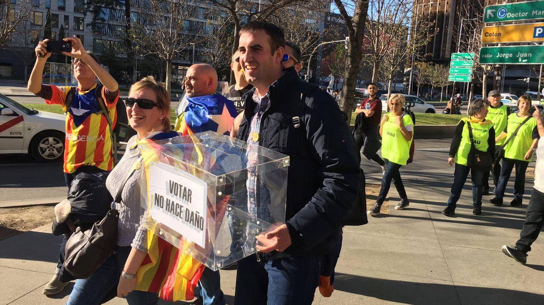 Un grupo de manifestantes porta una urna de camino a Atocha. (Pablo Gabilondo)