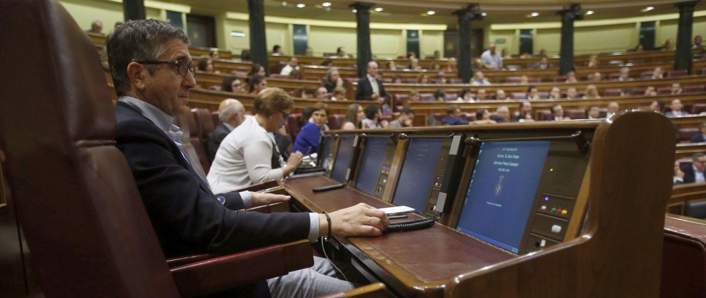 Patxi López, en su escaño en el Congreso al lado del de Pedro Sánchez, el pasado 4 de octubre. (EFE)