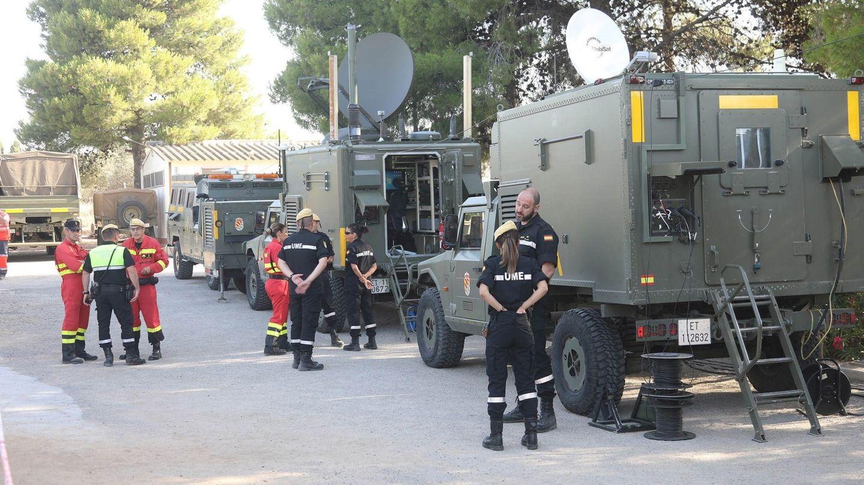 Miembros de la Unidad Militar de Emergencias en Vinebre. (EFE)