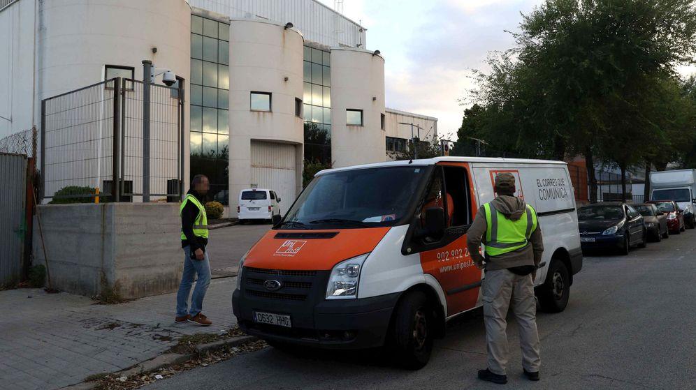 Foto: La Guardia Civil registró las instalaciones de la empresa de mensajería privada Unipost en L'Hospitalet de Llobregat (Barcelona).