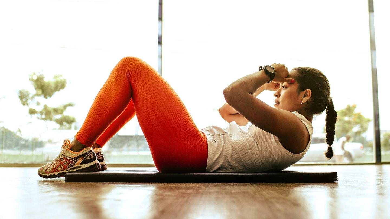 Para convertir un crunch en un sit up solo hay que continuar el ejercicio hasta quedar sentada. (Jonathan Borba para Unsplash)