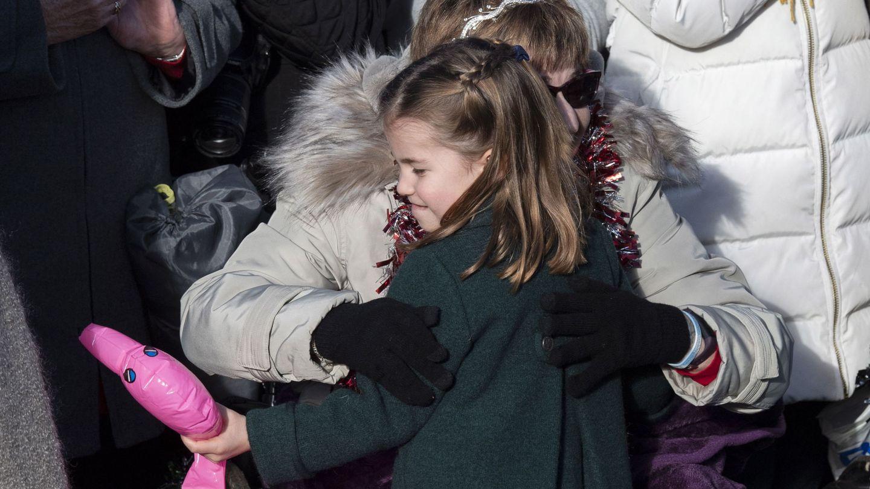 Charlotte, abrazando a una mujer. (Reuters)