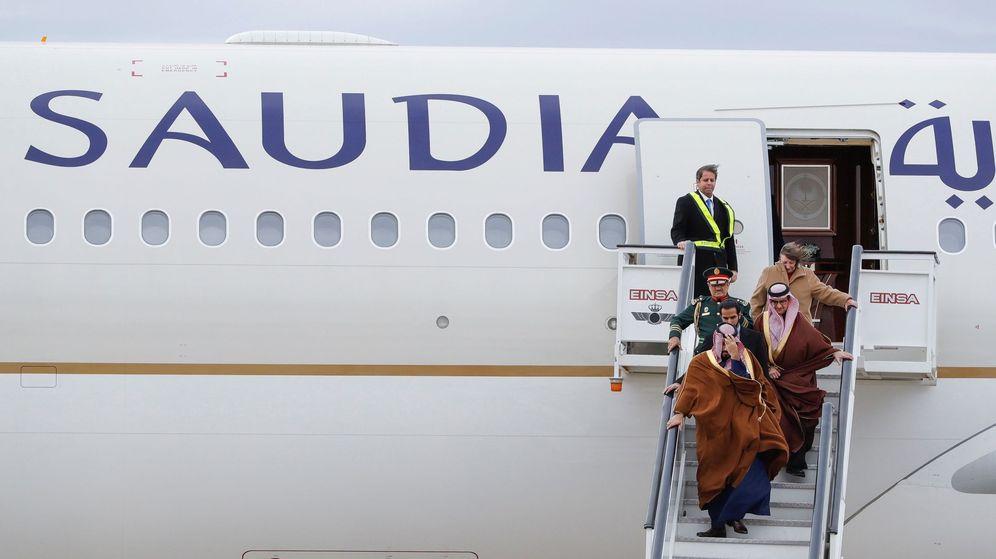 Foto: El príncipe heredero de Arabia Saudí, Mohamed bin Salman (c), a su llegada a la Base Aérea de Torrejón con motivo de su primera visita oficial a España en abril de 2018. (EFE)
