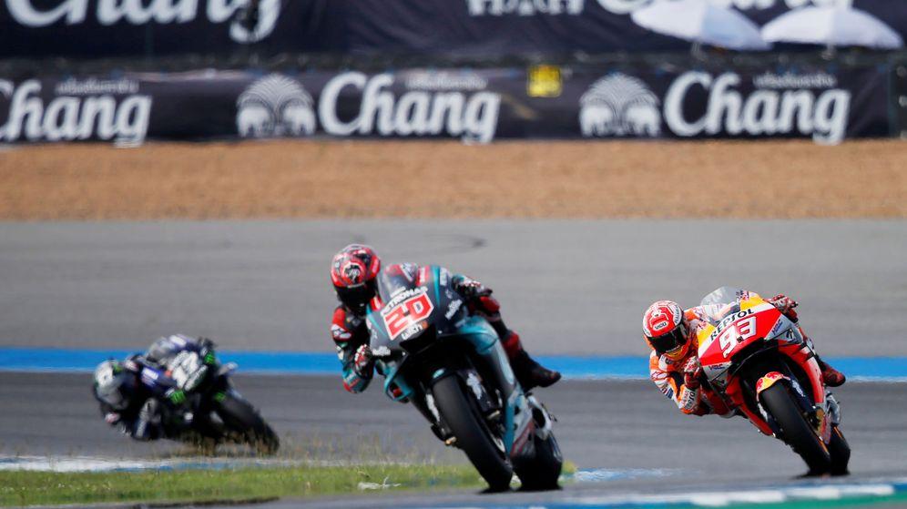 Foto: Fabio Quartararo conduce su Yamaha por delante de Márquez y Viñales. (EFE)