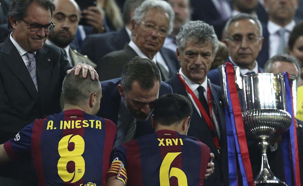 Foto: El rey Felipe, junto al presidente de la Generalitat, Artur Mas, felicita a los ganadores de la Copa del Rey. (EFE)