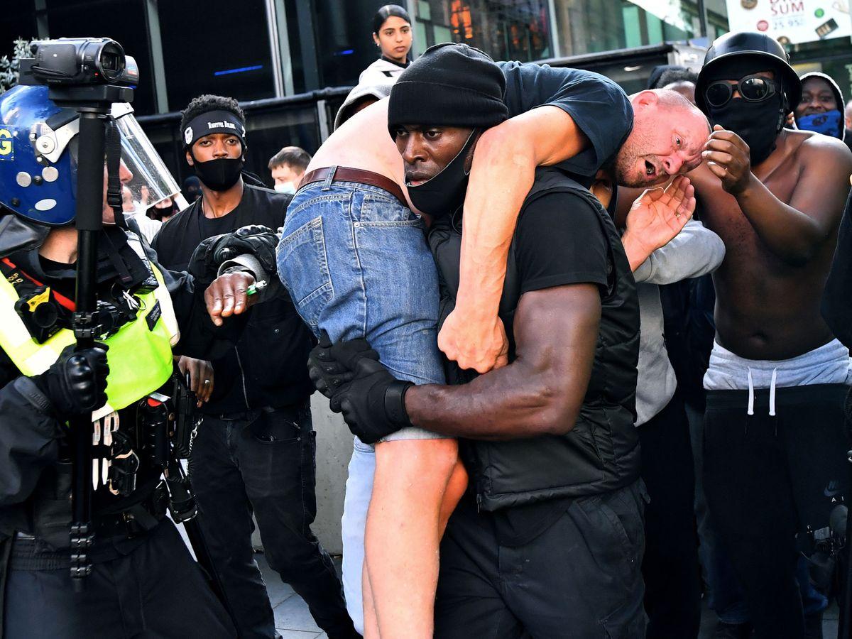 Foto: Patrick Hutchinson evacúa a un contramanifestante de extrema derecha herido. (Reuters)