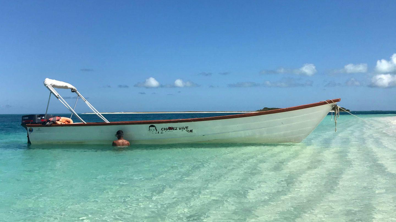 Una barca con la cara del fallecido comandante Hugo Chávez en una playa de Los Roques. (A. Hernández)