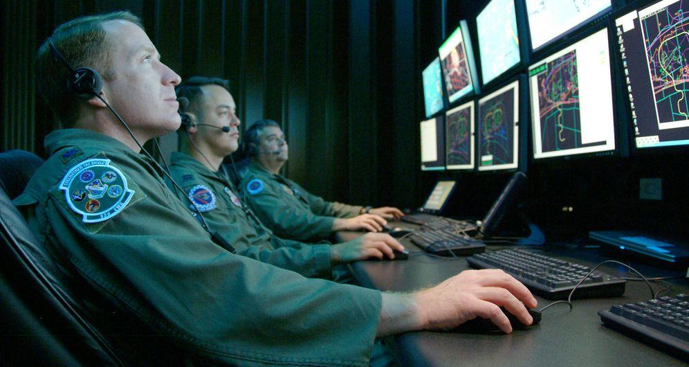 Foto: Simulacro de operaciones de 'ciberguerra' llevadas a cabo en una de las unidades del Centro de Control del Air Force Space Command Center (AFSPC), del ejército de EEUU.