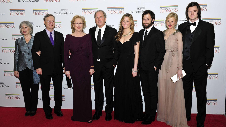 De izquierda a derecha: Maeve Kinkaid III, Harry Streep, Meryl Streep, Don Gummer, Grace Gummer, Henry Gummer, Mamie Gummer y Ben Walker Davis, en Los Ángeles. (Getty)