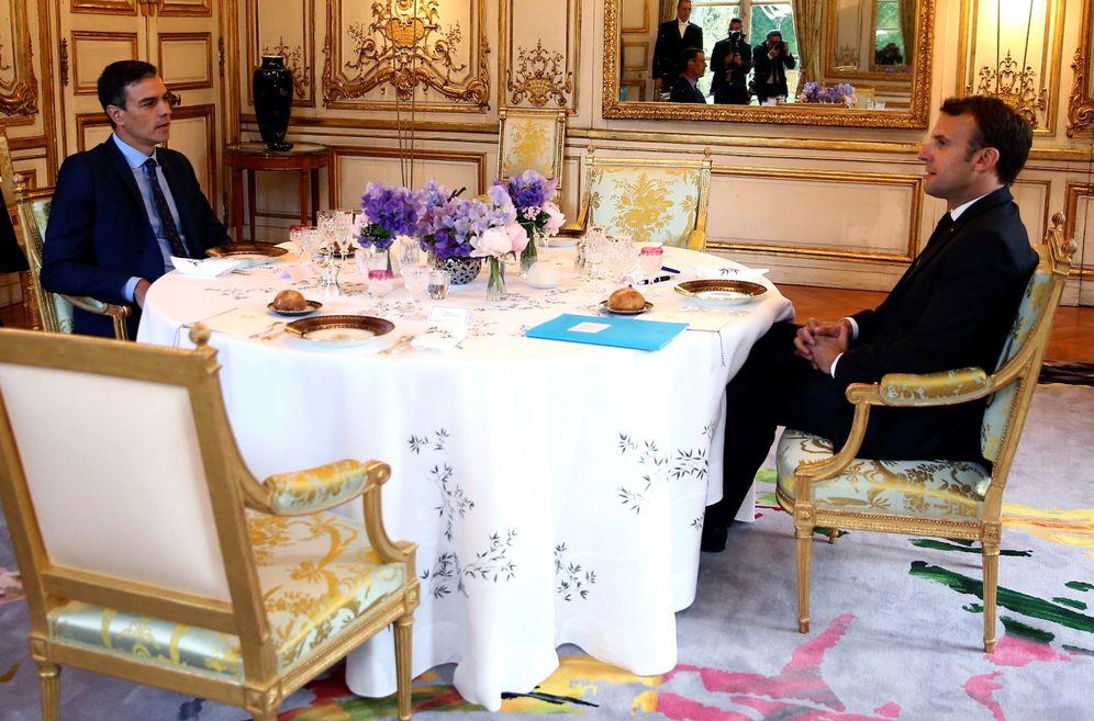 Foto: Cena del jefe del Ejecutivo en funciones, Pedro Sánchez, y el presidente francés, Emmanuel Macron, este 27 de mayo en El Elíseo, París. (EFE)