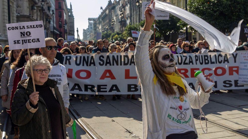 Foto: Manifestación de la Marea blanca en Sevilla en defensa de la sanidad pública, el pasado mes de enero. (EFE)