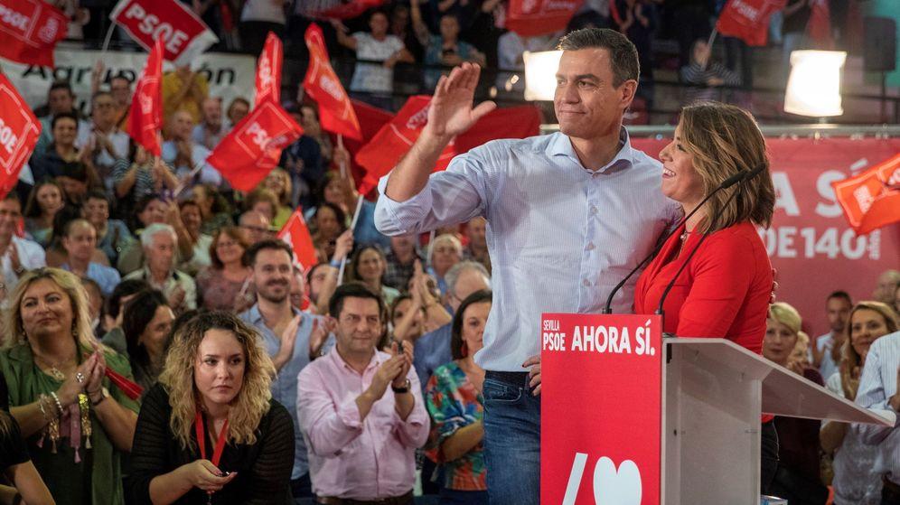 Foto: El presidente del Gobierno en funciones y secretario general del PSOE, Pedro Sánchez (i), junto a la líder del PSOE-A, Susana Díaz, durante el mitín de inicio de campaña electoral. (EFE)